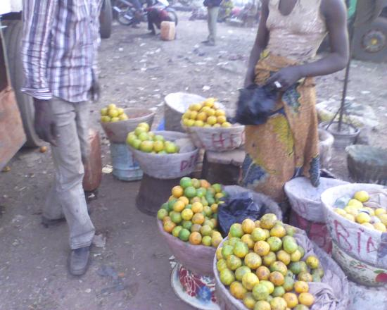 Bobo Dioulasso: marché de fruit; des oranges mandarines  ...