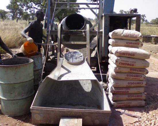 Construction d'un radier: une bétonnière avec du CPA45