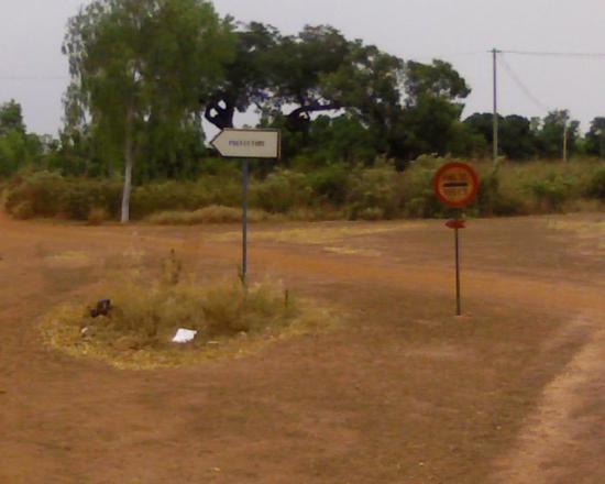 Construction d'une piste rurale: les paneaux de signalisation