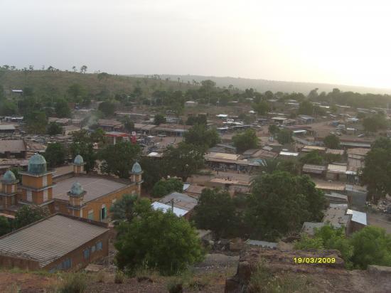 La ville de Gaoua vue de la colline du pouvoir.