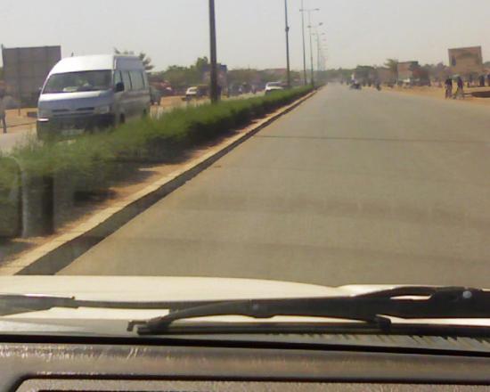Rue ménant à Ouaga 2000. Quartier le plus hupé de Ouagadougou