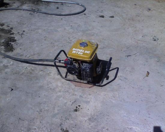 Construction d'un radier: un vibreur