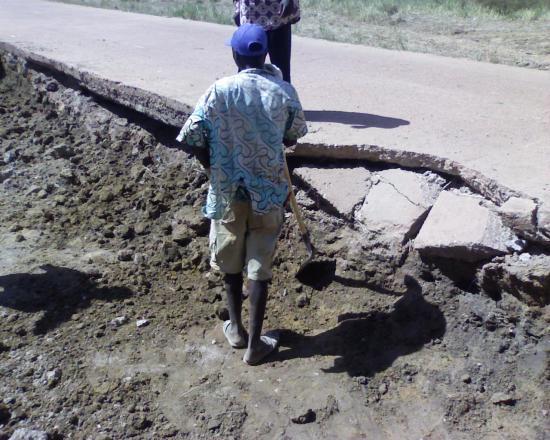 Construction d'une piste rurale: un radier affouillé avant