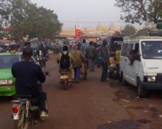 Bobo Dioulasso:la foule aux abord du marché central situé au fond en j