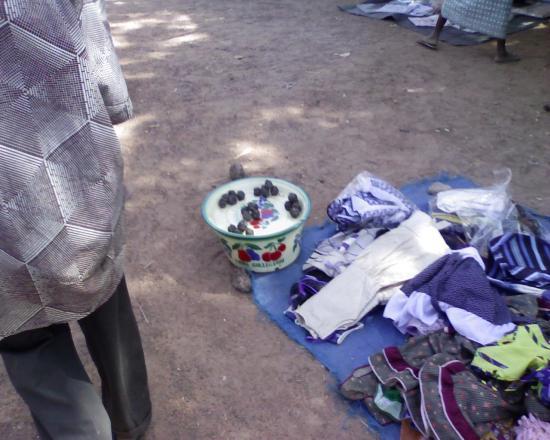 Quelques marchandises: marché de Komsilga