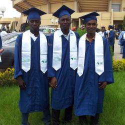 Des amis diplômés en Licence. Au centre nous avons OUEDRAOGO Souleymane