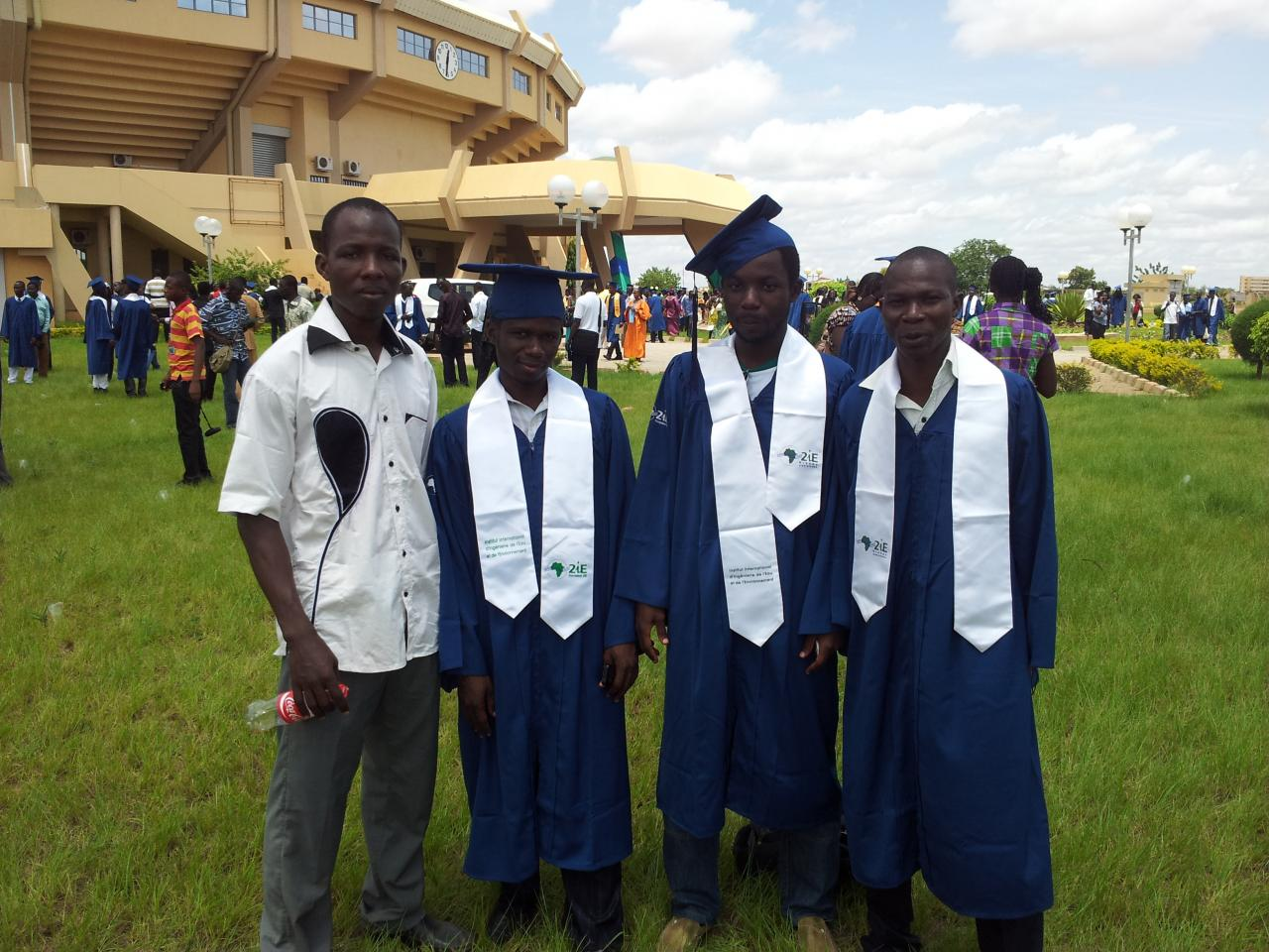 Au centre des 3 Diplômés, le Nigérians LIASU TAJU Olatundé