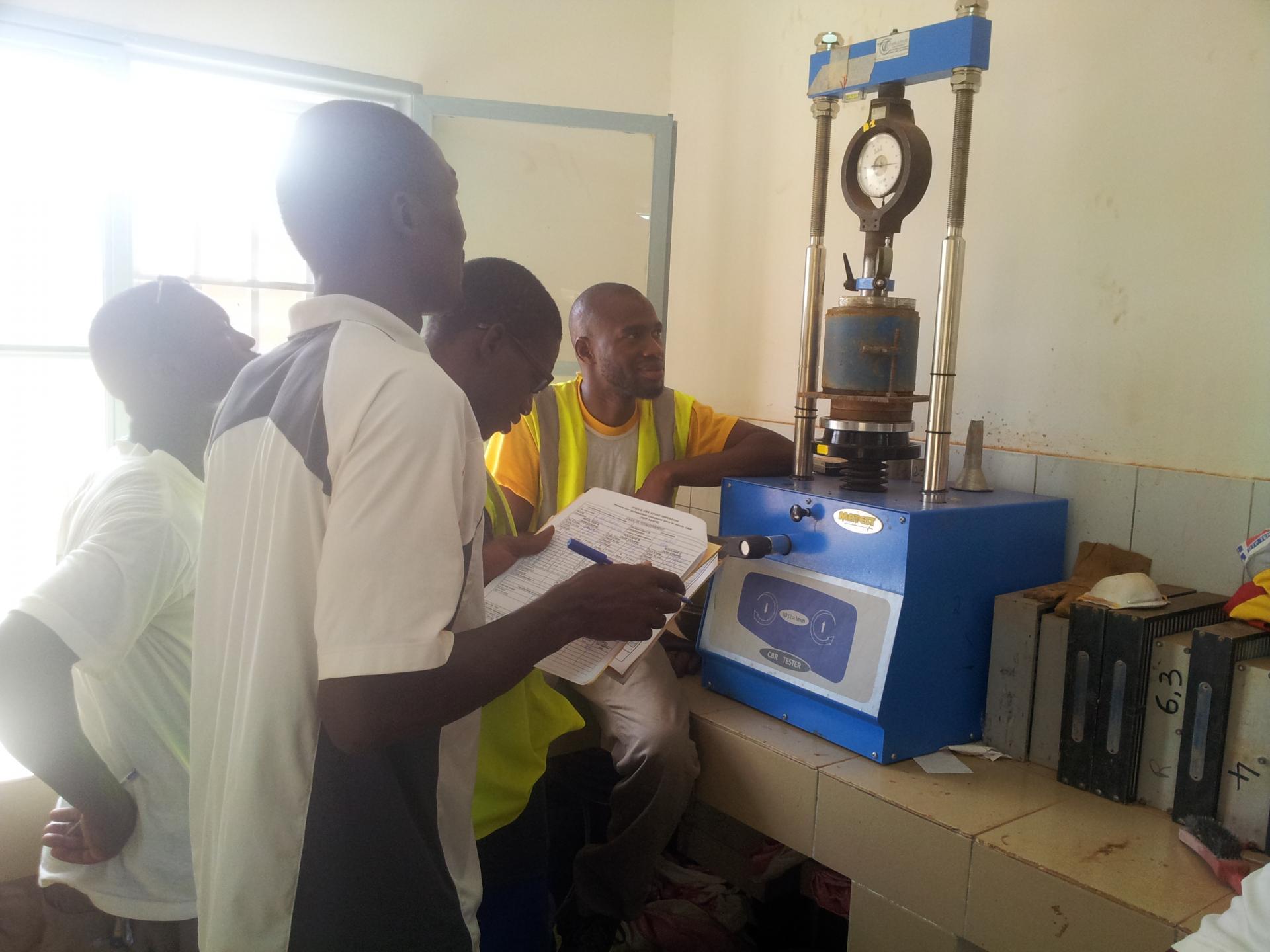En stage sur le projet de renforcement du tronçon (Sakoinsé-Boromo) de la RN1 au BURKINA FASO. Ici, je suis au Laboratoire de Géotechnique